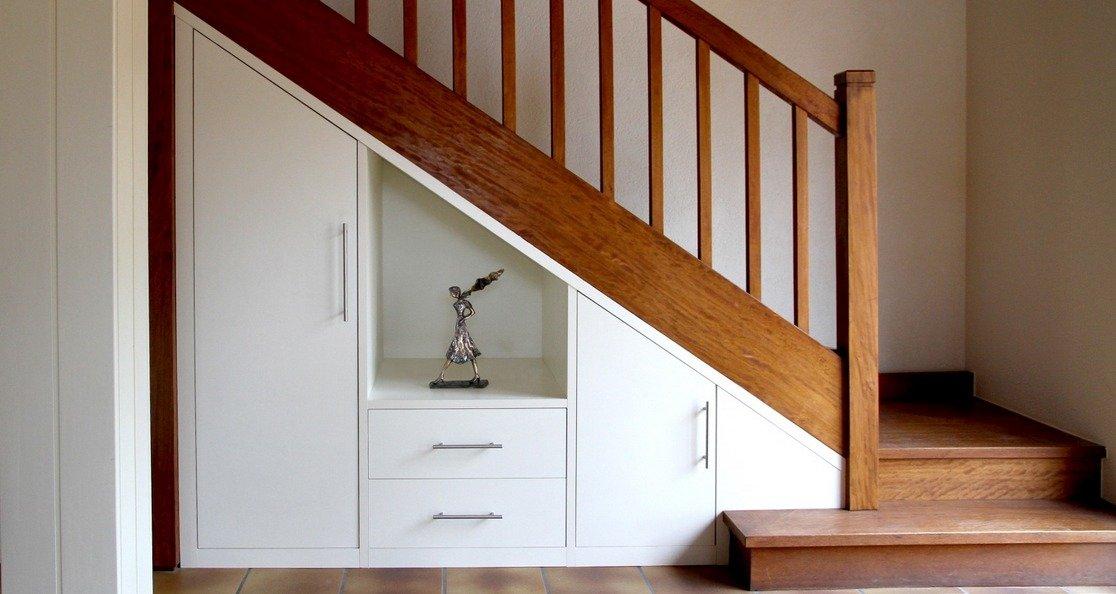 Ideas para aprovechar el espacio bajo la escalera for Bajo escaleras de madera